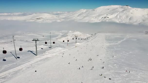 Schneebedeckter Hang des Skigebiets Erciyes
