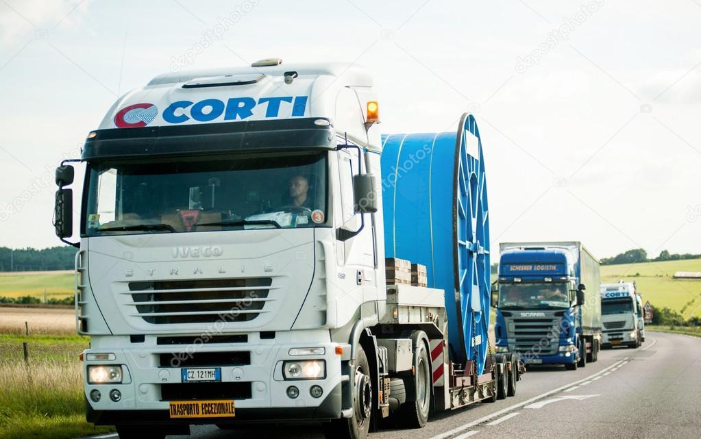 Convoi exceptionnel spezialtransporte lkw fahren auf - Foto di grandi camion ...