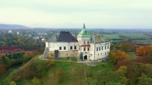 Olesko Palota a levegőből. Tartalék. Nyári park a hegyekben. Légi kilátás az Olesky kastély, Ukrajna.