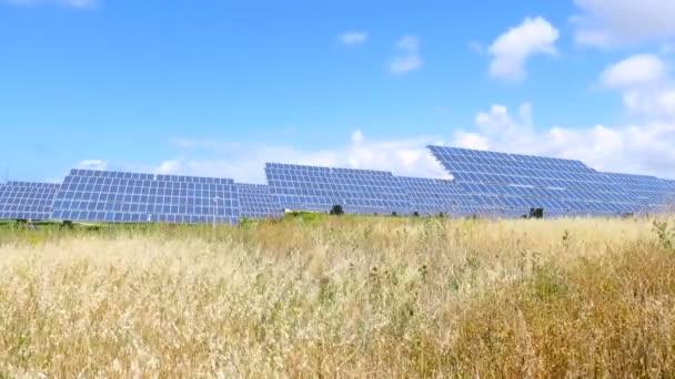 pole se solárními panely a modrou oblohu s mraky time-lapse