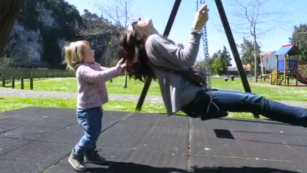 dětské houpací matka v parku hřiště