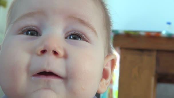 Detail dětské tváře při pohledu na fotoaparát