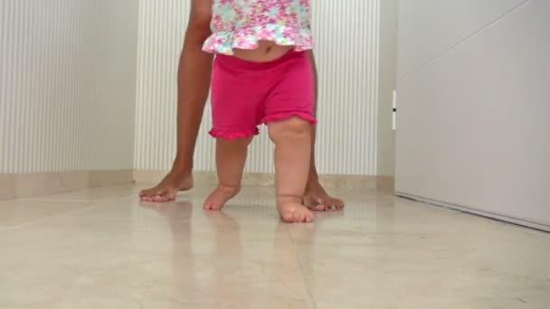 Máma a dítě chůze krytým