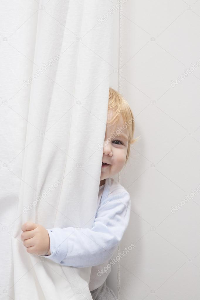 baby gluren achter gordijn — Stockfoto © quintanilla #59909197