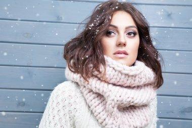brunette woman wearing knitted snood