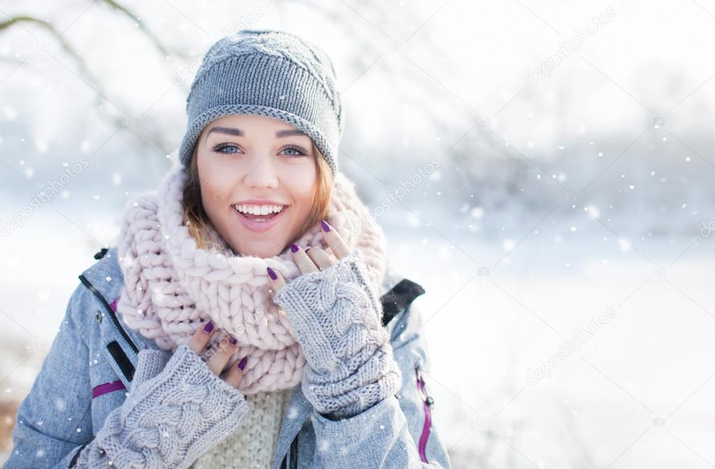 3e38f9d721ee8 Hermosa mujer joven riendo feliz usando invierno gorro guantes y bufanda  cubierta con copos de nieve. Fondo de paisaje de bosque de invierno -  imágenes  ...