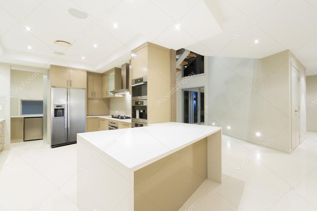 Cocina moderna blanca en nueva casa lujosa — Foto de stock © epstock ...