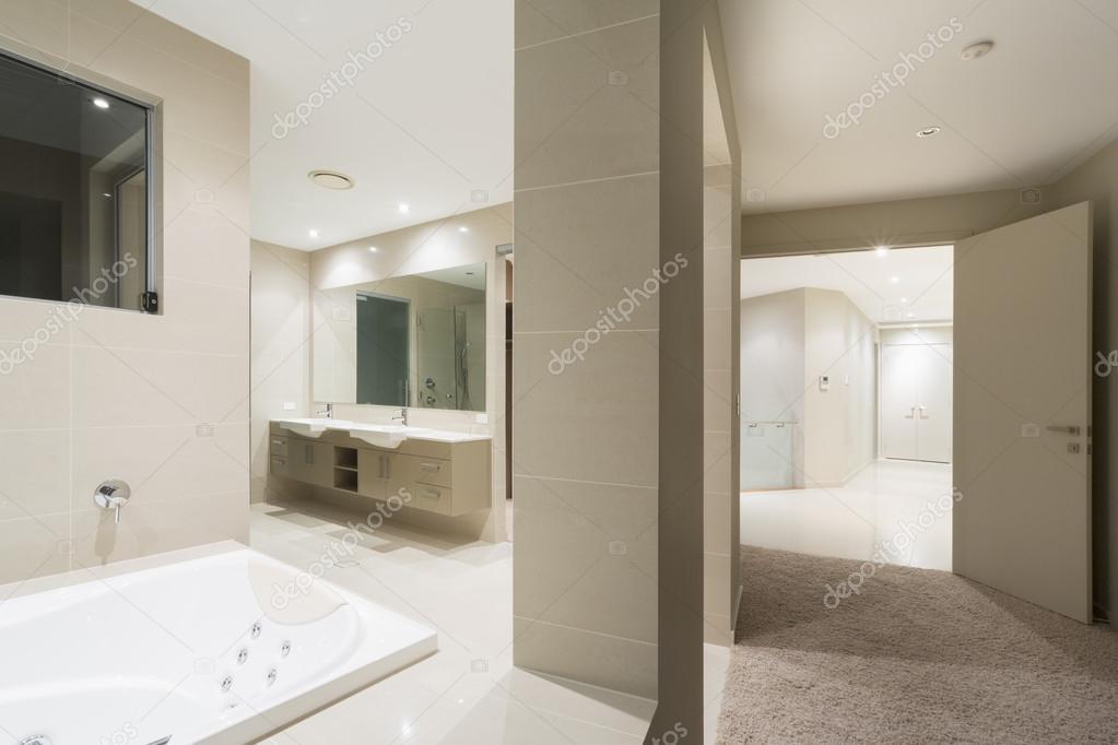 Grote slaapkamer en bad — Stockfoto © epstock #70310711