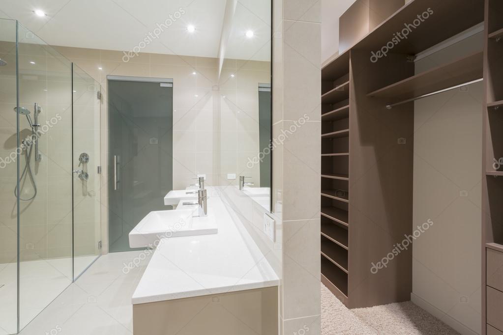 Bagno moderno con cabina armadio foto stock epstock 70311351 - Bagno e cabina armadio ...