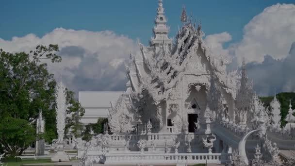 Chiang Rai, Thajsko - 17. července 2020: Wat Rong Khun, známý jako Bílý chrám. Chiang Rai, Thajsko. Ruční snímek