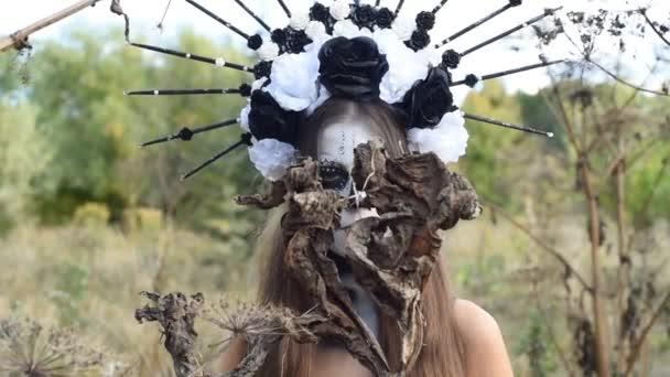 Nahaufnahme Porträt von Calavera Catrina im schwarzen Kleid. Zuckerschädel Make-up. Dia de los muertos. Porträt einer jungen Frau mit gruseligem Make-up zu Halloween. Mexikanischer Tag der Toten.