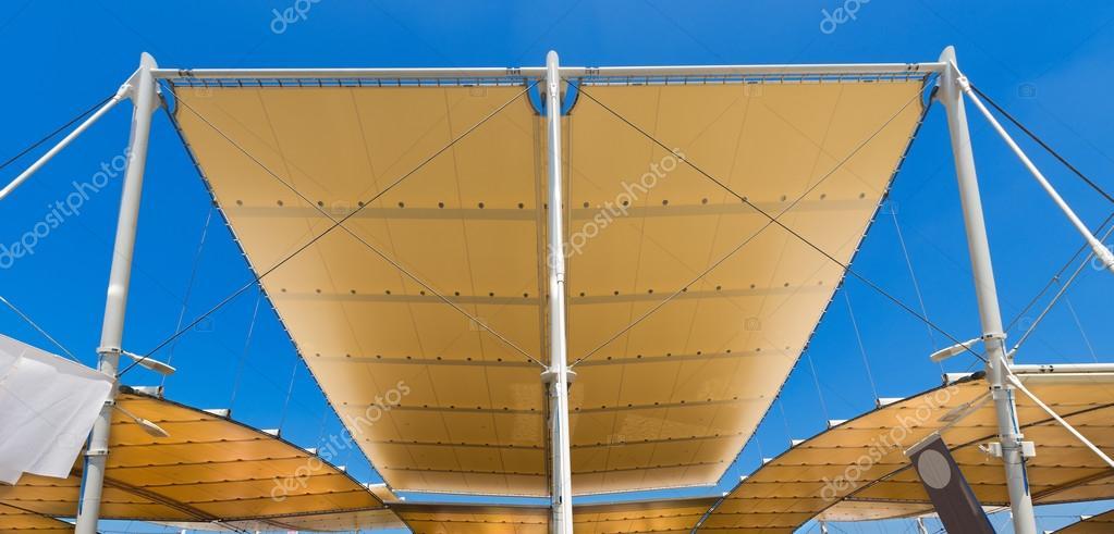 Moderna estructura extensible en cielo azul — Fotos de Stock ...