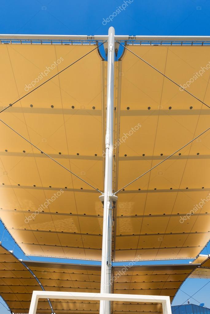 Moderna estructura extensible en cielo azul — Foto de stock ...