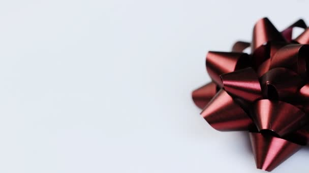 Barevné dekorativní luky na bílém pozadí. Slavnostní Vánoce
