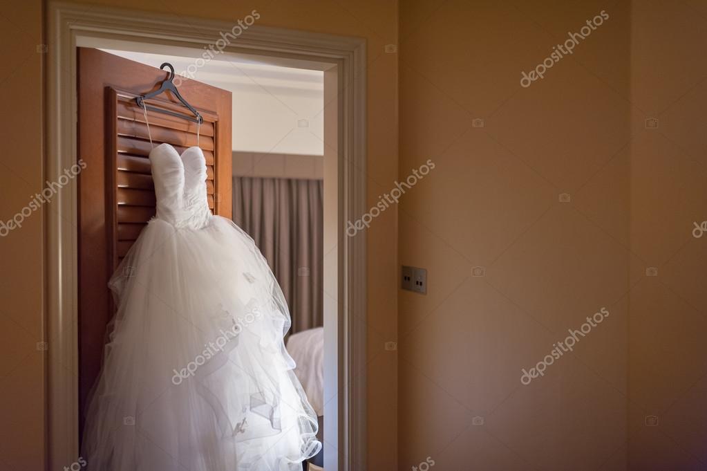vestido de novia colgado de la puerta — fotos de stock © gnohz