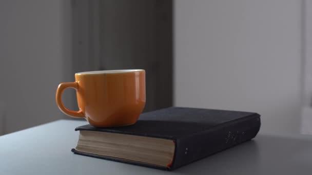 Ročník staré knihy na dřevěné palubě desku stolu u zdi