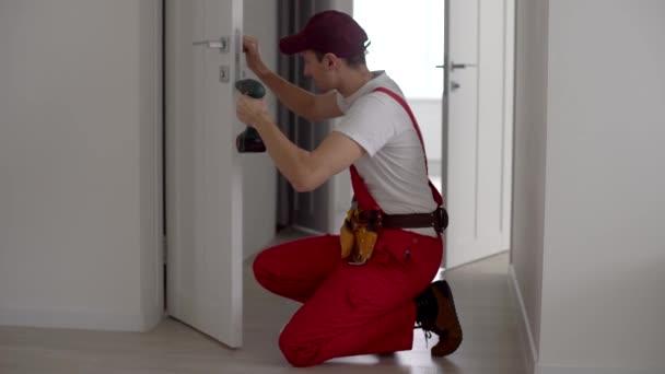 Mistr upraví kování ve dveřích. Zaseknuté plastové dveře nefungují. Plastové dveře se neotevírají.