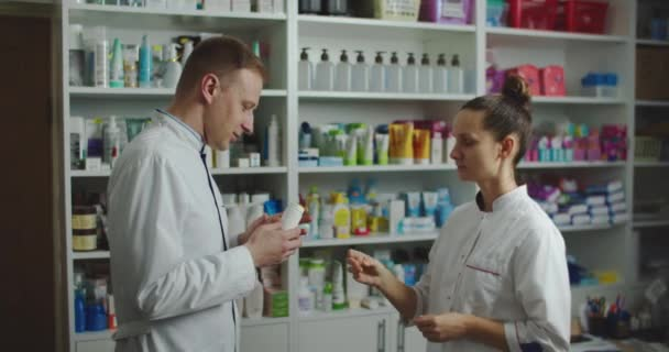 Junges Team von Pharmazeuten und Technikern, die in der Apotheke arbeiten. Arbeitsgespräche.