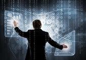 Geschäftsmann nutzt virtuelles Panel