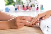 Žena v salonu příjem manikúra