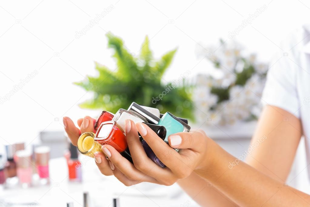 manos de mujer con esmaltes de uñas — Fotos de Stock © Khakimullin ...