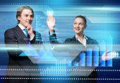 podnikatel a obchodnice s virtuální panel