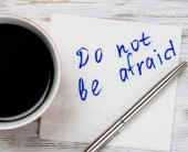 káva a ubrousek s spisy