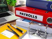 Red Ring Binder mit Beschriftung Payrolls.
