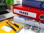 Red Ring Binder mit Beschriftung Steuern.