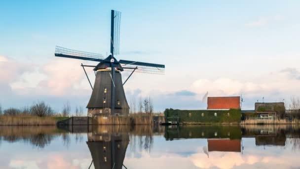 Pohled na větrný mlýn a reflexe v vesnice Kinderdijk