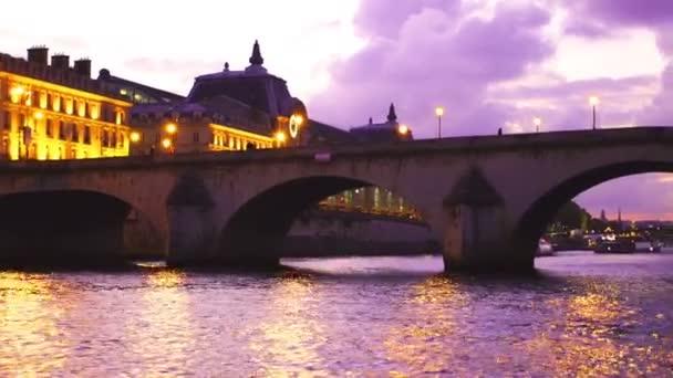 Soumrak pohled na řeku Seinu v Paříži