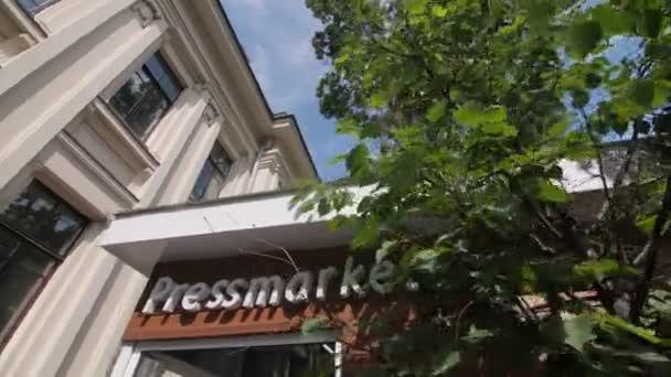 Bewegung vorbei an Geschäft mit Wort Pressemarkt an Fassade in Straße