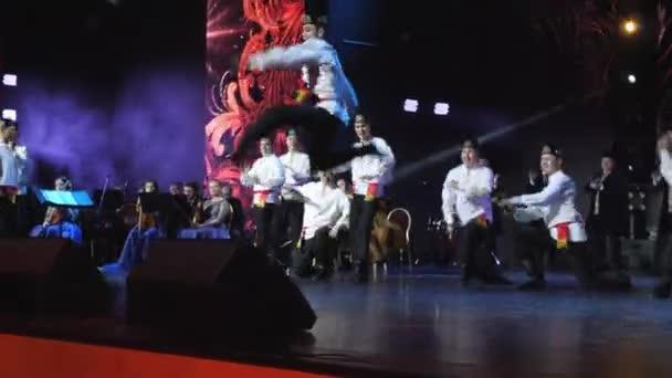 Muž v tatarském kostýmu skoky provedení lidový tanec na jevišti