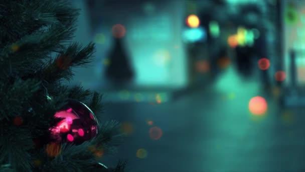 Rozmazané zlaté věnce a vánoční koule na vánoční stromeček jako pozadí. Rozostřené rozmazané slavnostní bokeh světla