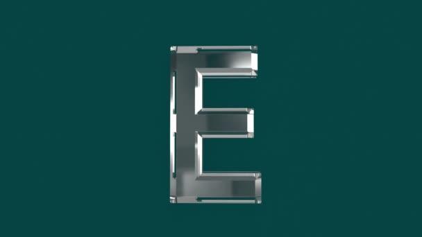 Bílé lesklé skleněné písmo nebo abeceda s pohyblivým odrazem pro slova kompozice ve videích - písmeno E izolované na zeleném pozadí, 60FPS 4K UHD 3D animace