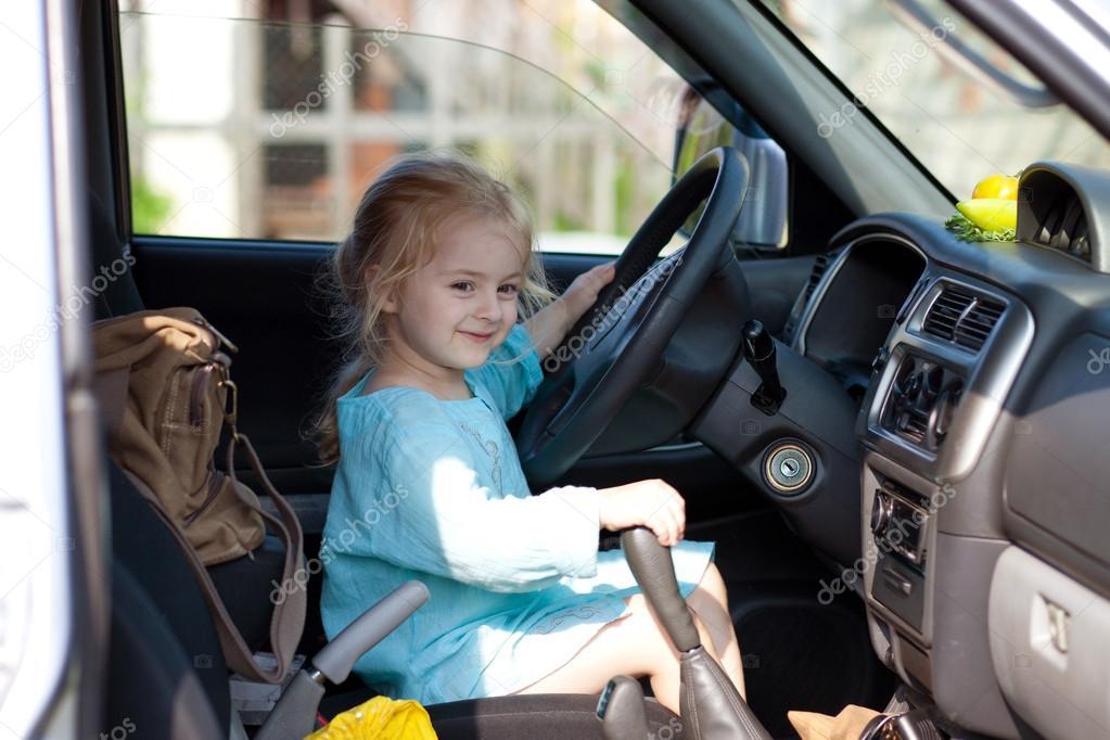 Маленькая девочка за рулем картинка