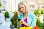 Fényképek Bevásárló táskák, beszél a telefonon szabadtéri nő