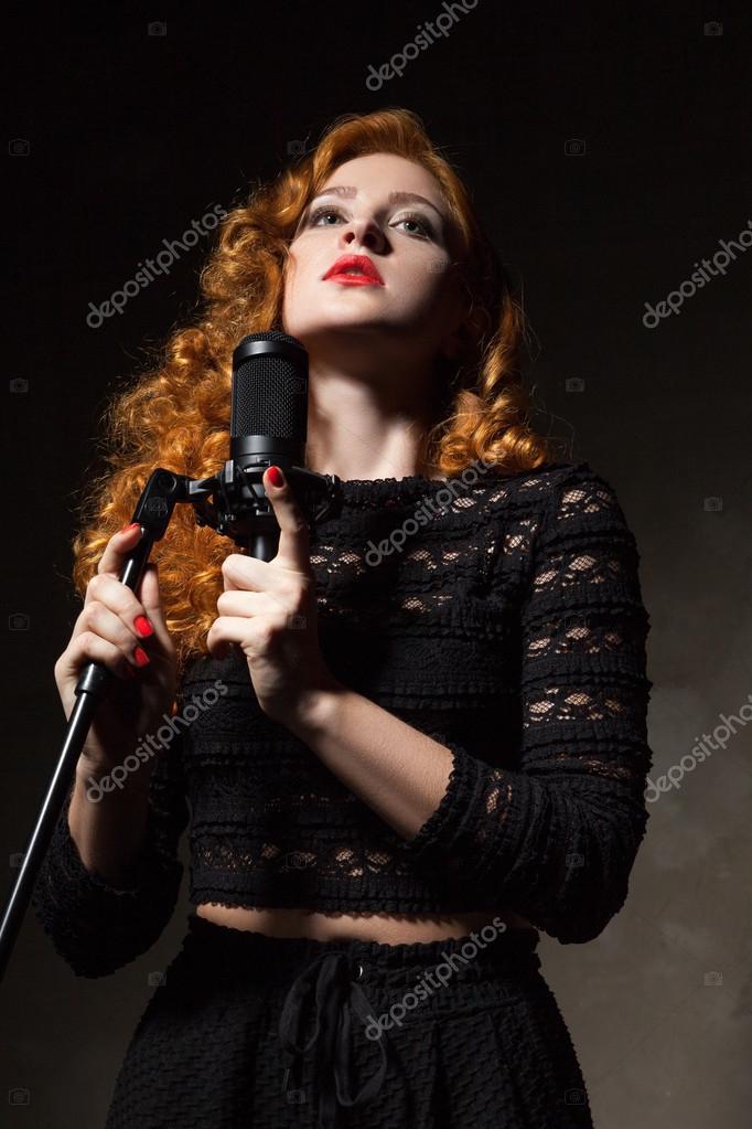 Portrat Der Lockige Sangerin Mit Roten Lippen Halt Mic Stockfoto