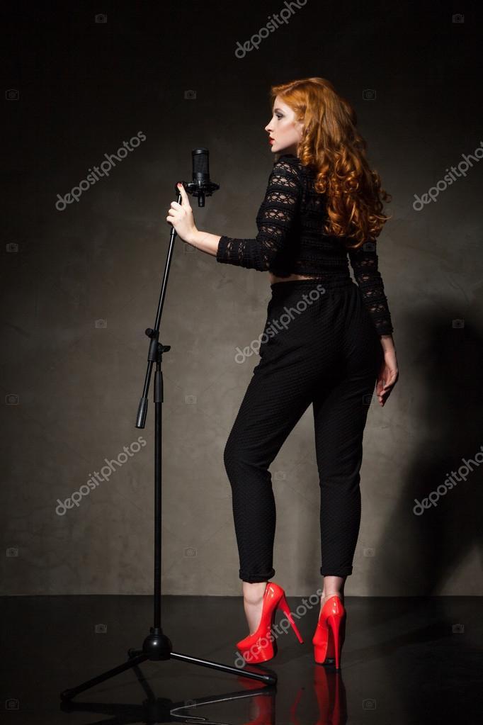 Portrat Der Schonen Sangerin In Roten Heels Und Schwarze Kleidung