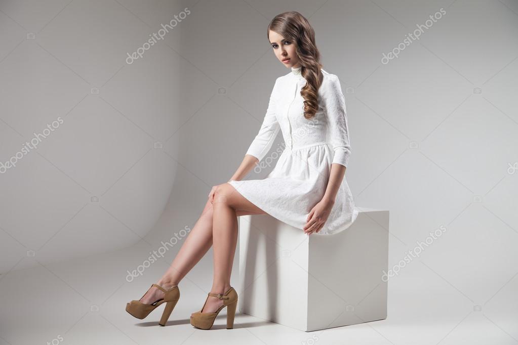 Фото девушек в платьях сбоку