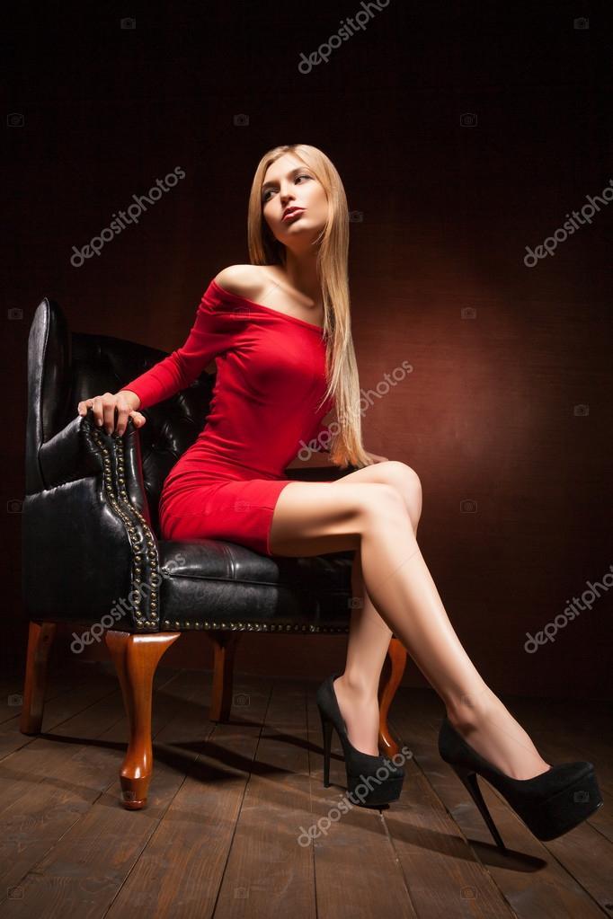Женщина в возрасте надивает челки сидя в кресле