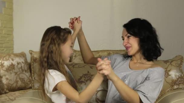 zhenshina-pristala-k-zhenshine-russkoe-video-lezbi