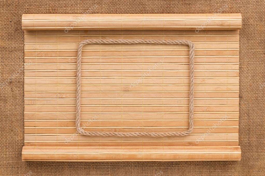 Marco hecho de cuerda acostado sobre una estera de bambú en forma de ...