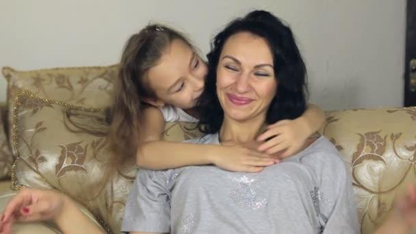 Dcera se zezadu, vyskočí, objímat a líbat jeho matka.