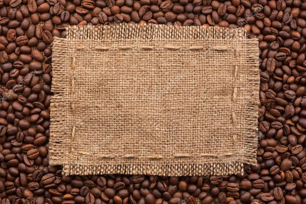 Marco de arpillera y granos de café sobre un fondo blanco — Foto de ...