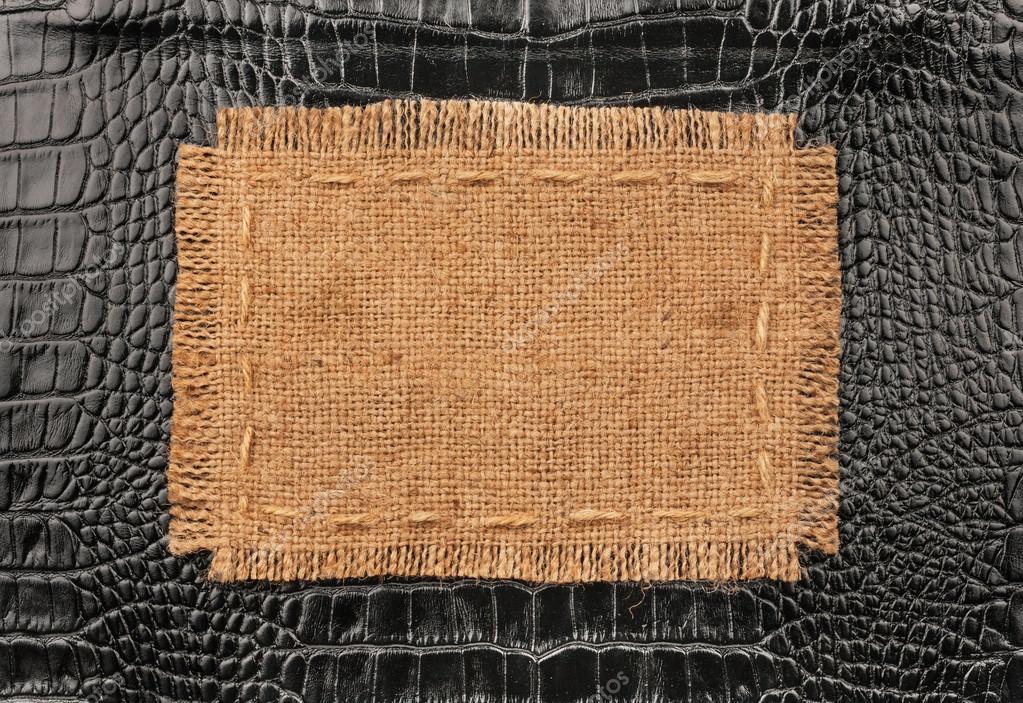 Marco de arpillera, se encuentra sobre un fondo de cuero negro ...