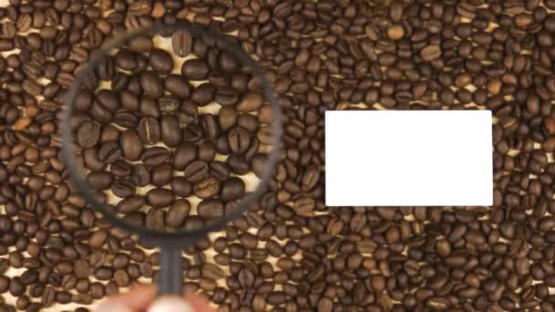 Nagyító növeli a kávébab és a névjegykártya számára van hely a szöveg