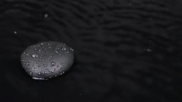 Černý kámen ve vodě, silný vítr a přetažení, vlny, voda, zen