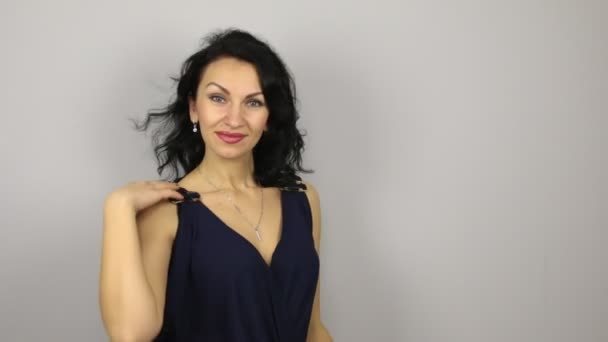 Krásné sexy bruneta flirtování a tanec