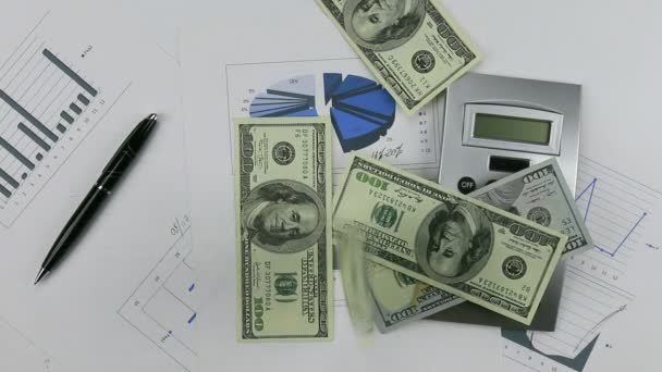 Házet dolary v grafu s Kalkulačka a pera. Pumpování peněz dolů tabulku